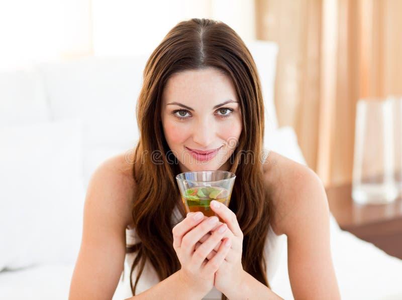 Leuke vrouw het drinken thee stock foto
