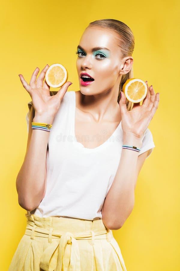 Leuke vrouw met plak van citroenen ter beschikking royalty-vrije stock foto