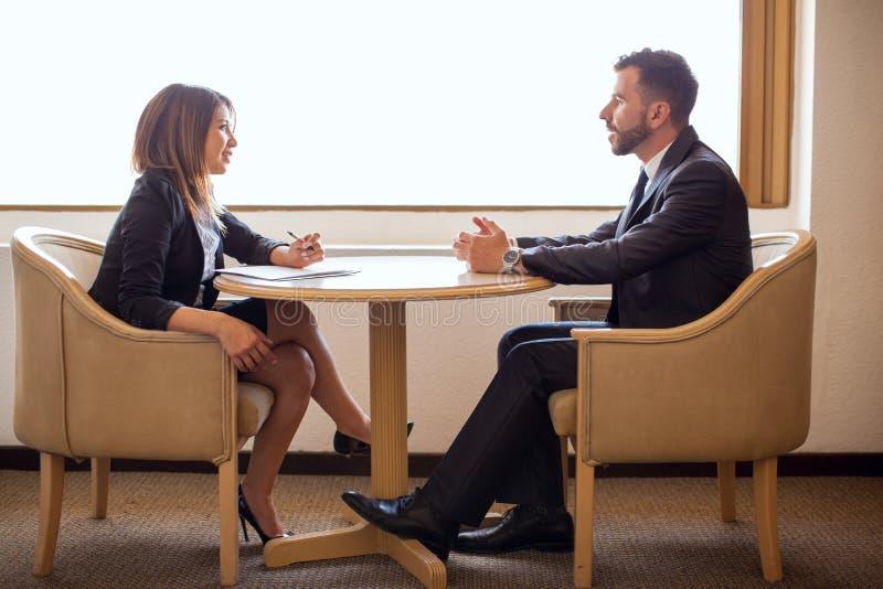 Leuke vrouwelijke recruiter die een kandidaat interviewen royalty-vrije stock foto's