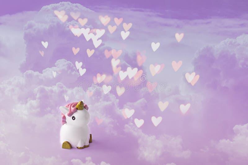 Leuke witte eenhoorn op de lichte violette en roze pastelkleurachtergrond met wolken en hart bokeh Babydouche, het concept van de vector illustratie