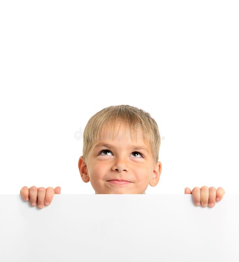 Leuke witte raad houdt en jongen die omhoog kijkt royalty-vrije stock foto's