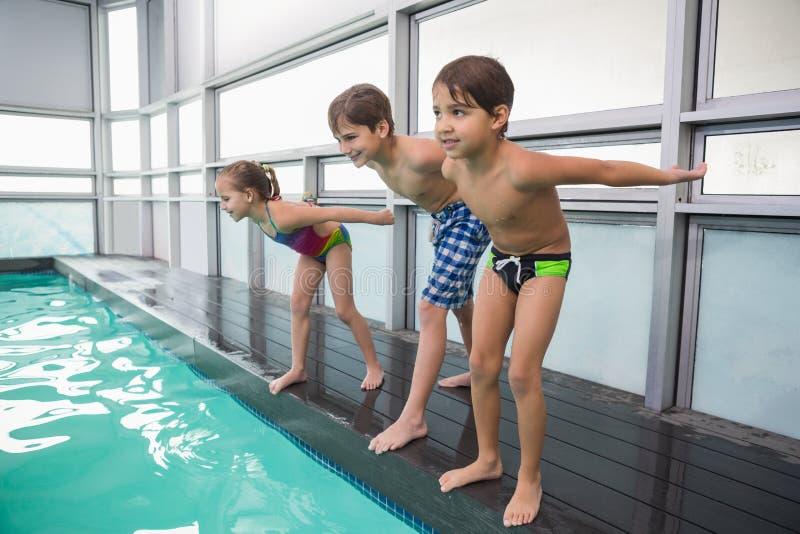 Leuke zwemmende klasse ongeveer om in pool te springen royalty-vrije stock fotografie