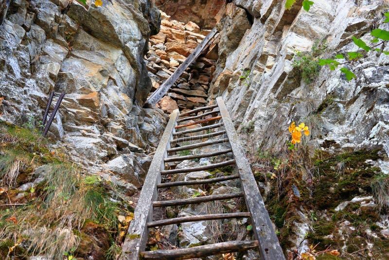 LEUKERBAD, VALAIS, SUIZA - 11 DE OCTUBRE DE 2018: Las escaleras dramáticas de Albinen fotografía de archivo
