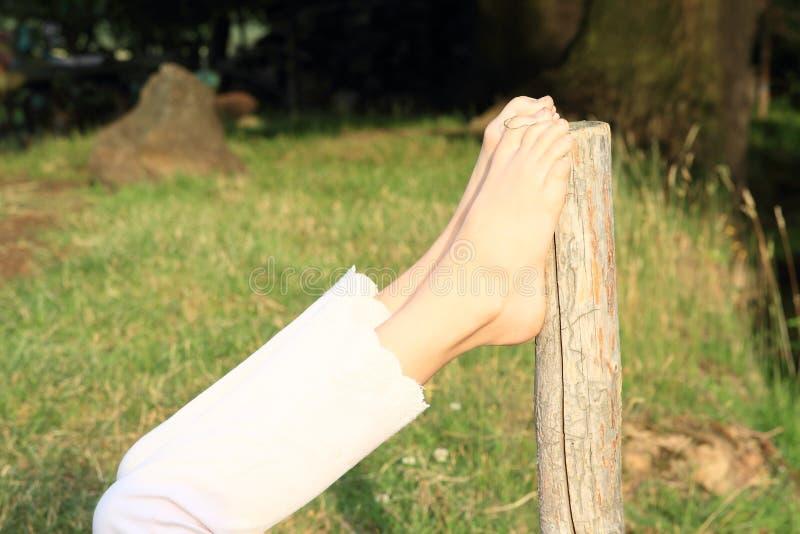 Leunende naakte voeten stock foto's