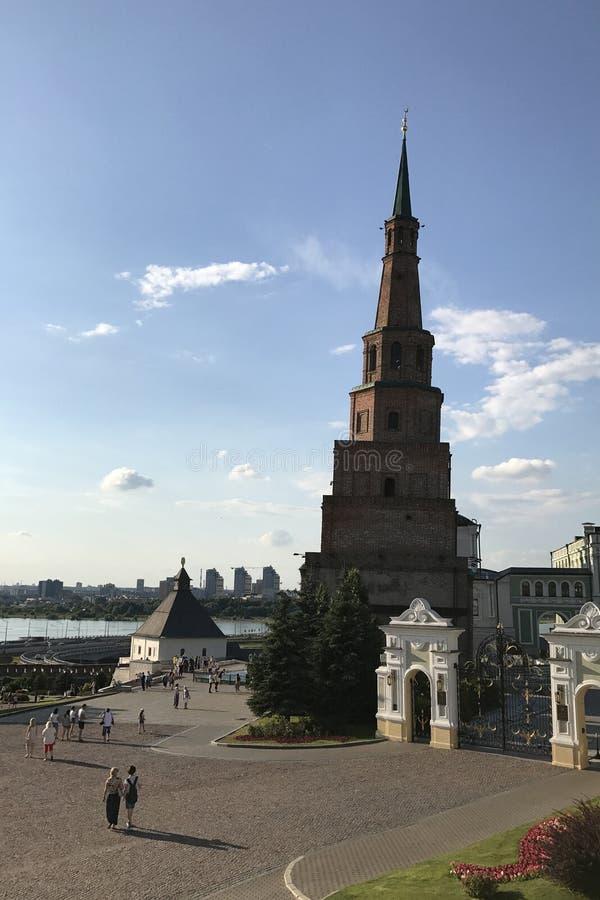 Leunende toren Syuyumbike op het grondgebied van Kazan het Kremlin op zonnige dag Republiek Tatarstan, Rusland royalty-vrije stock afbeeldingen