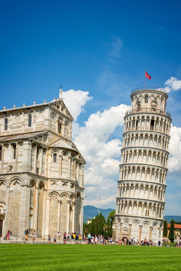 Leunende toren van Pisa en de kathedraal Duomo in Pisa, Toscanië Italië stock foto