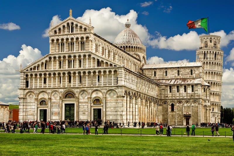 Leunende toren van Pisa Italiaanse monumenten Vlag stock fotografie