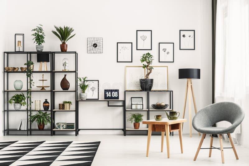 Leunstoel in comfortabel huisbureau stock fotografie