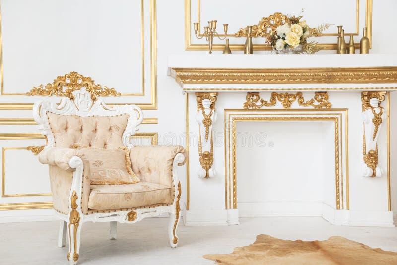 Leunstoel in de koninklijke ruimte van de stijlschoorsteen stock foto's