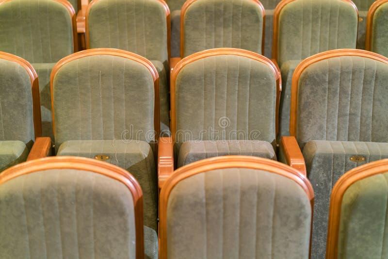 Leunstoeltheater Klassieke theaterzetels diep stock afbeeldingen
