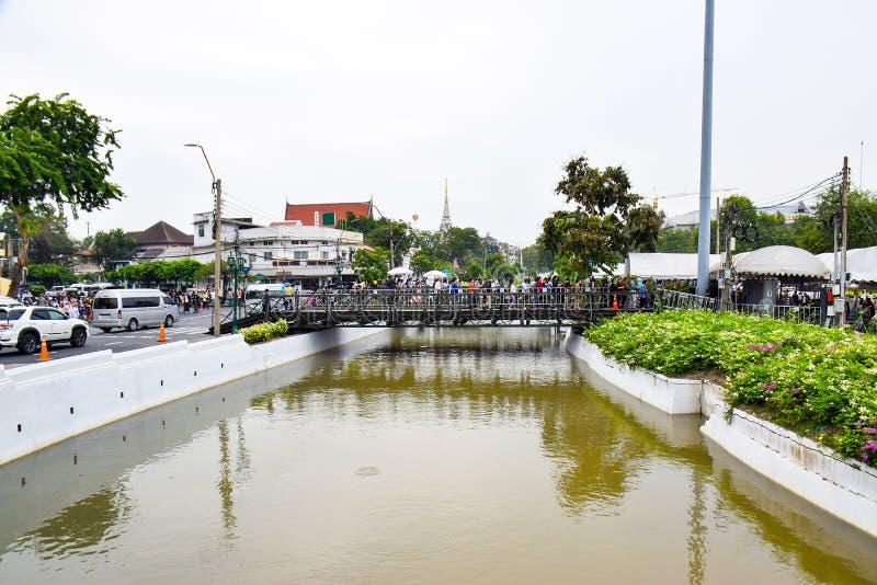 Leute über dem Kanal Khlong Lod, der alte Kanal bei Radchadumne stockbilder