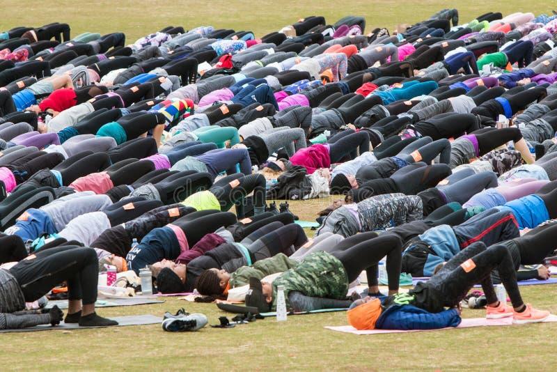 Leute überbrücken Haltung an der enormen Atlanta-Yoga-Klasse im Freien lizenzfreie stockbilder
