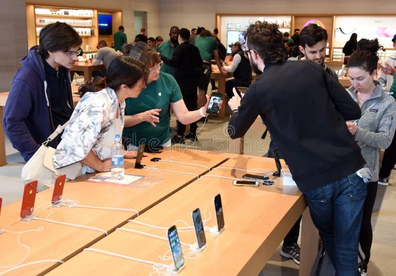Leute in Apple-Speicher auf Michigan-Allee in Chicago stockfoto