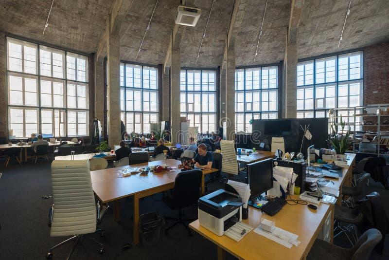 Leute arbeiten am modernen coworking Raum lizenzfreie stockfotografie