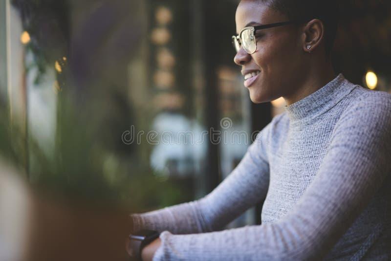 Leute am Arbeitsstudio auf dem unscharfen Frau ` s Schattenbildhintergrund kreativ lizenzfreie stockfotografie