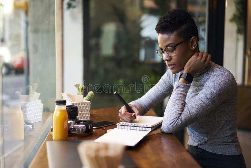 Leute am Arbeitstisch in der modernen Kaffeestube stockbilder