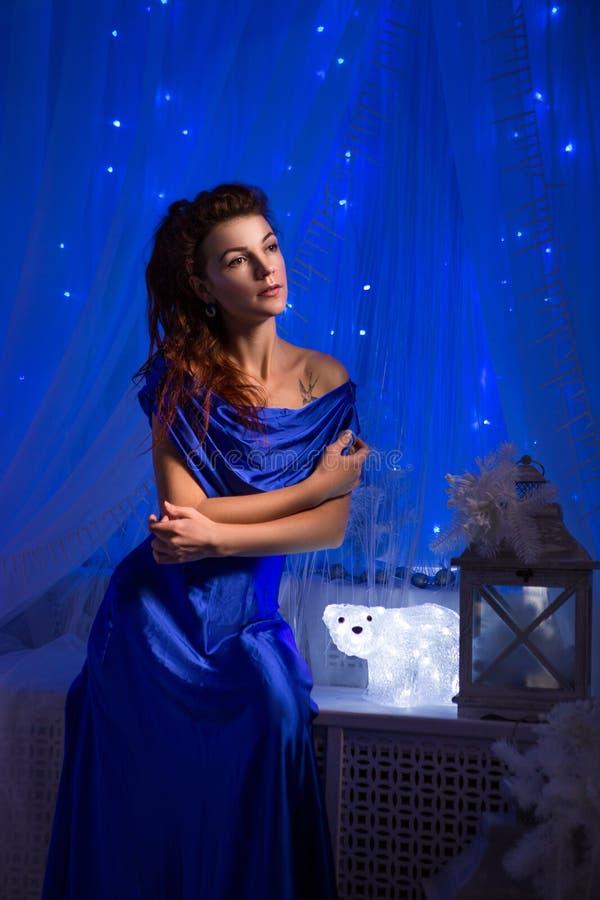 Leute-, Art-, Feiertags-, Frisur- und Modekonzept - glückliche junge Frau oder jugendlich Mädchen im blauen Kleid lizenzfreie stockfotos