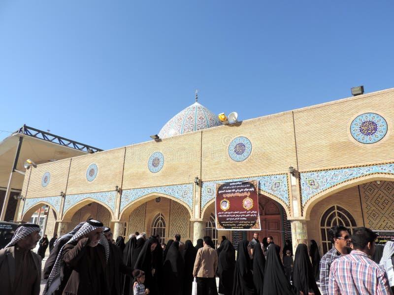 Leute außerhalb des Grabs des Prophets Hud und des Prophets Saleh, Kerbela, der Irak stockfotos