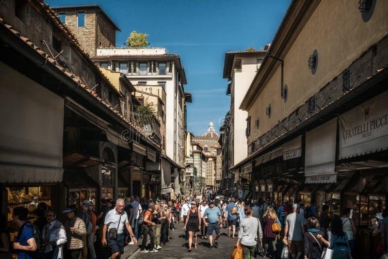 Leute auf Brücke Ponte Vecchio in Florenz, Italien lizenzfreies stockfoto