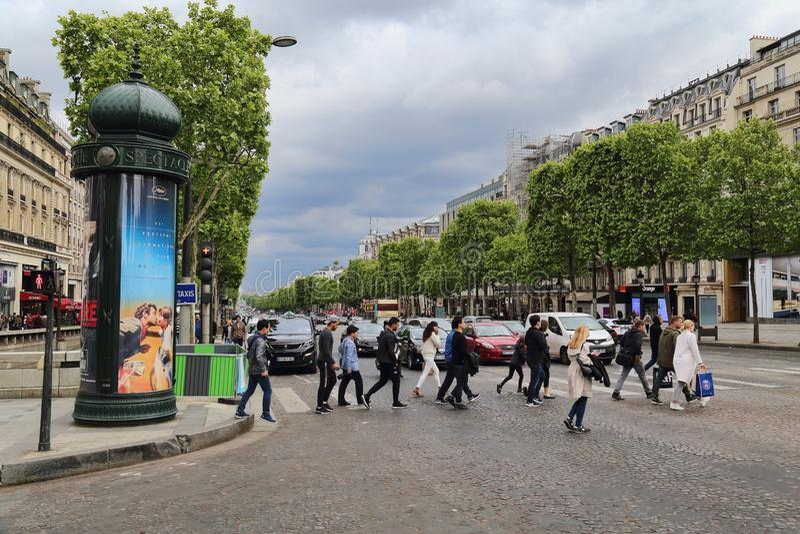 Leute auf dem Champs-Elysees in Paris, Frankreich stockbilder