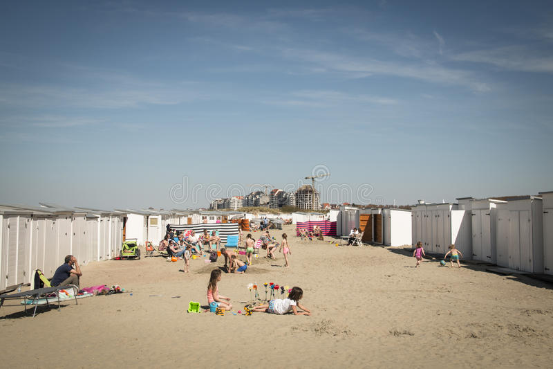 Leute auf dem Strand in Knokke, Belgien lizenzfreies stockfoto