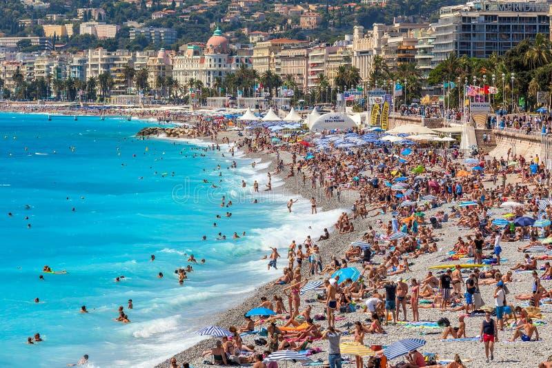 Leute auf dem Strand in Nizza, Frankreich lizenzfreies stockbild