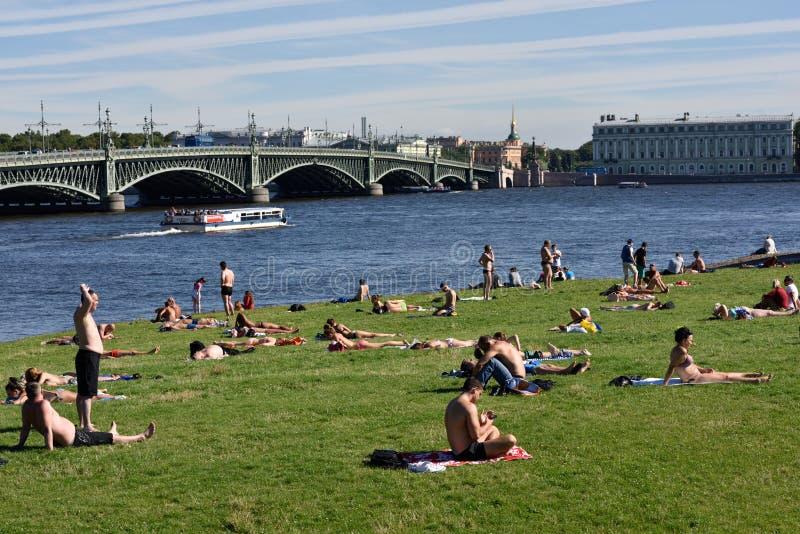 Leute auf dem Strand in St Petersburg, Russland lizenzfreie stockbilder