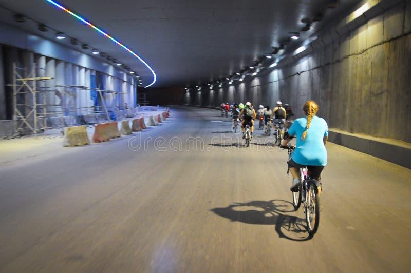 Leute auf den Fahrrädern, die durch den Tunnel reiten lizenzfreie stockfotos