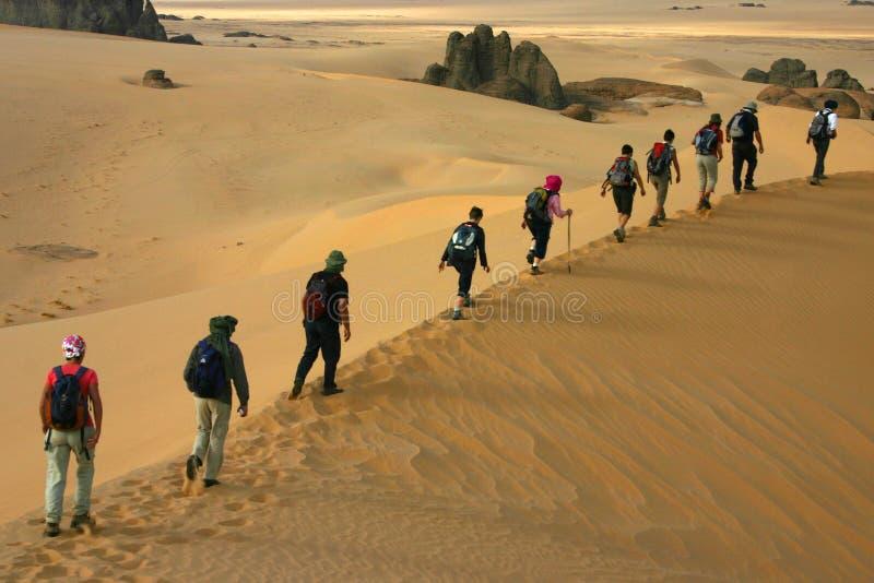 Leute auf den Sanddünen stockfoto