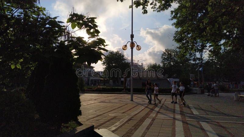Leute auf den Straßen von Primorsko lizenzfreies stockfoto