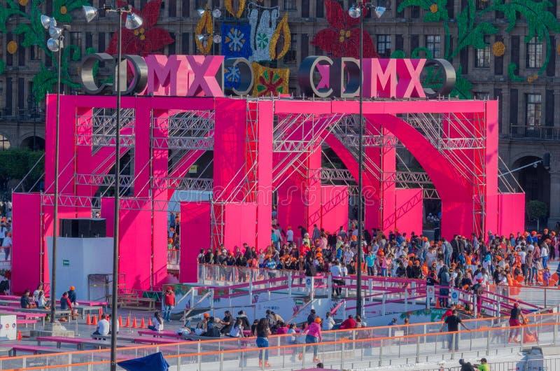 Leute auf der Eislaufeisbahn in Mexiko City lizenzfreies stockbild