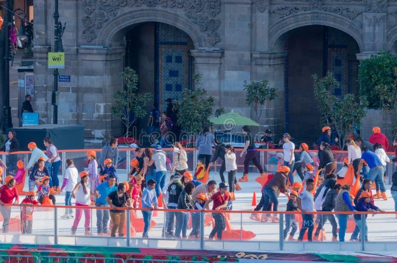 Leute auf der Eislaufeisbahn in Mexiko City stockfoto