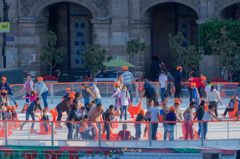 Leute auf der Eislaufeisbahn in Mexiko City lizenzfreie stockfotos