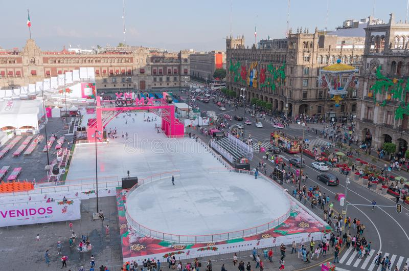Leute auf der Eislaufeisbahn in Mexiko City stockfotos