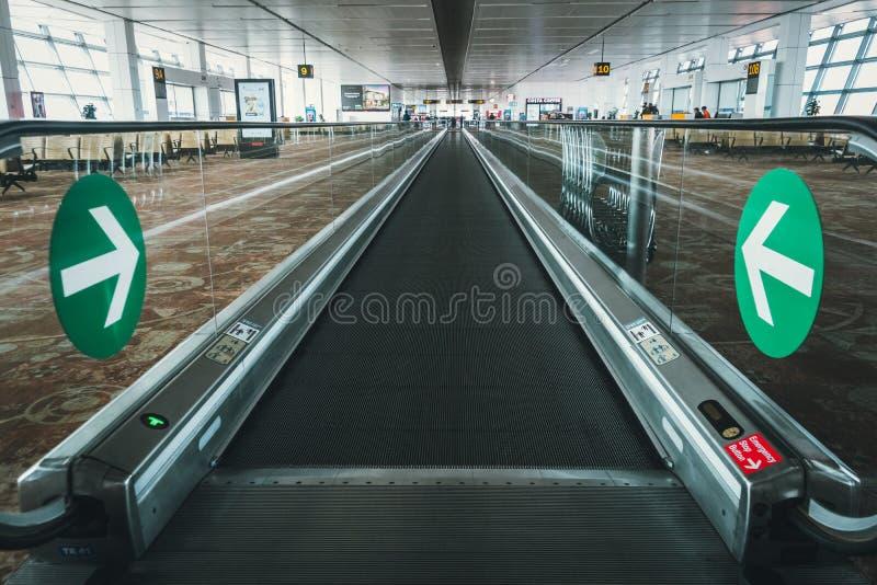 Leute auf der Rolltreppe am Flughafen von Indira Gandhi International stockbilder