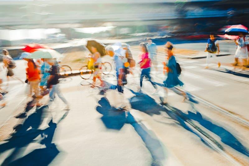 Leute auf der Straße während des Sonnenuntergangs - abstrakter Expressionismus-Impressionismus-Fotografie zum Dekor lizenzfreies stockbild