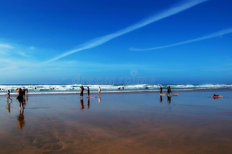 Leute auf einem Strand lizenzfreie stockfotos