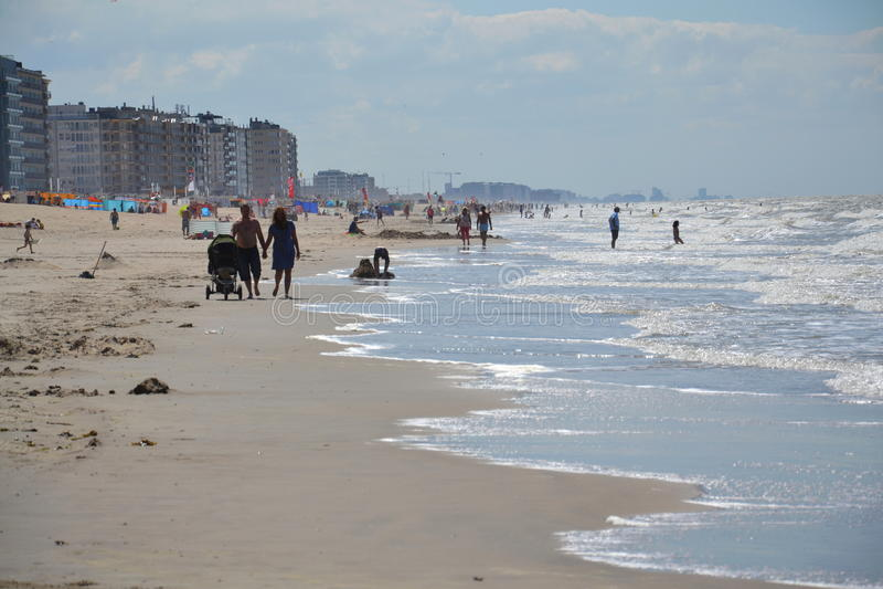 Leute auf einem Strand in Oostende, Belgien stockbilder
