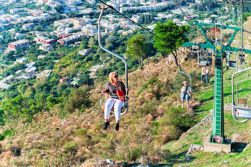 Leute auf funikulärem Kabelstuhl über Capri-Insel lizenzfreies stockfoto