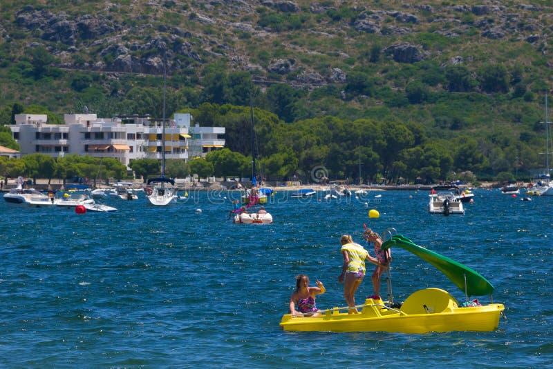 Leute auf gelbem pedalo im Wasser stockbilder