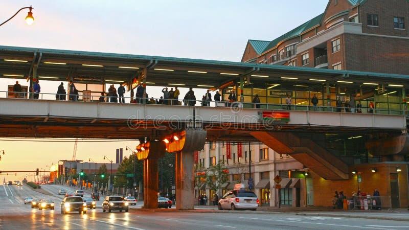 Leute auf Himmel Station Roosevelts CTA in der Dämmerung stockfoto