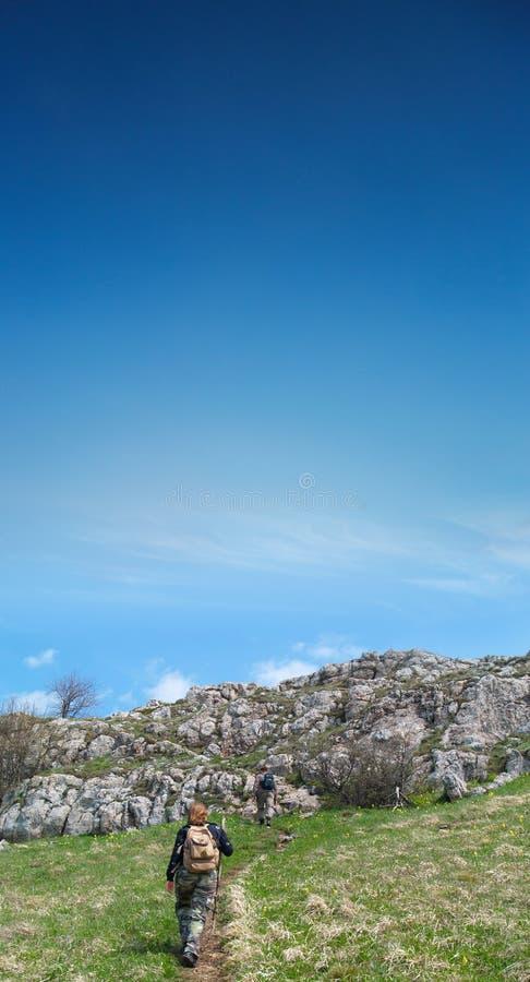 Leute auf ihrer Weise bis zum Berg stockfoto