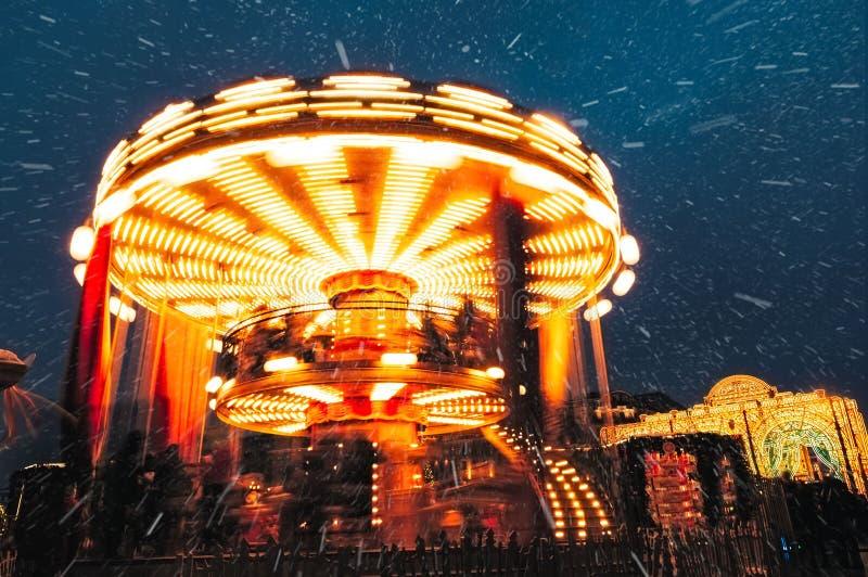 Leute auf Karussell nahe dem Roten Platz verziert und für Weihnachtsneues Jahr vereinbart Weihnachten angemessen Leuchtendes Karu lizenzfreie stockbilder