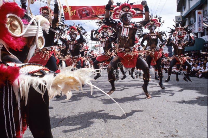 Leute auf Kostümen an der Parade von ATI--Atihanfestival lizenzfreie stockfotografie