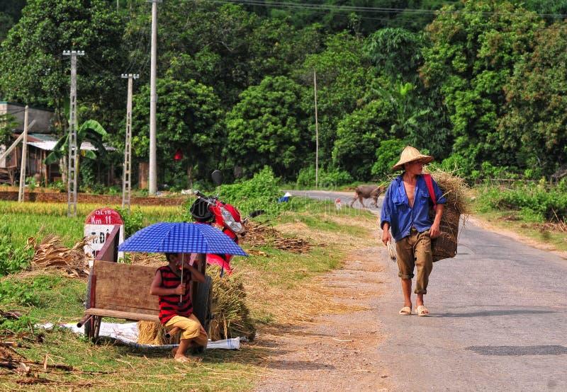 Leute auf Landstraße in Lai Chau, Vietnam stockbilder