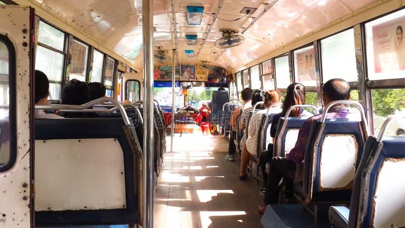 Leute auf lokalem Bangkok-Bus ohne Klimaanlage in Thailand Lokaler Bangkok-Bus am Sonnenscheintag und am Stau Bangkok, Thaila stockfoto