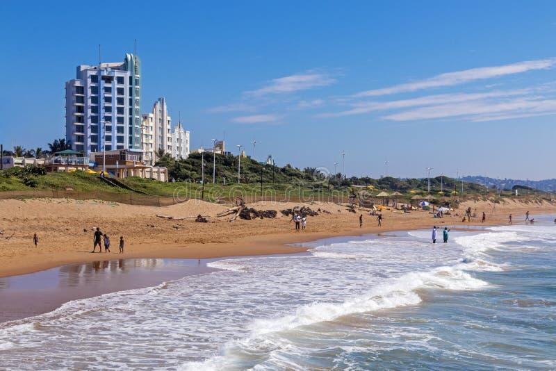 Leute auf Morgen-Besuch zum Strand gegen blauen Himmel lizenzfreie stockfotos