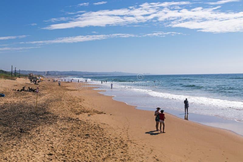 Leute auf Morgen-Besuch zum Strand gegen blauen Himmel lizenzfreies stockfoto