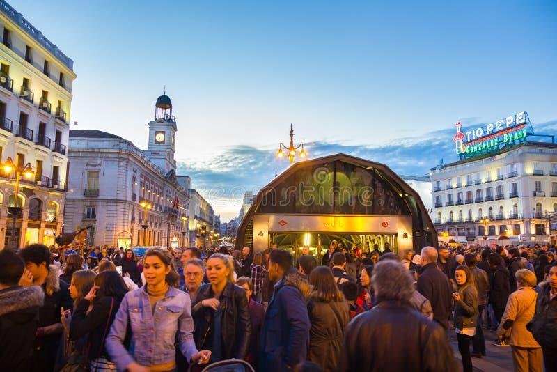 Leute auf Puerta del Sol -Quadrat, Madrid, Spanien stockbild