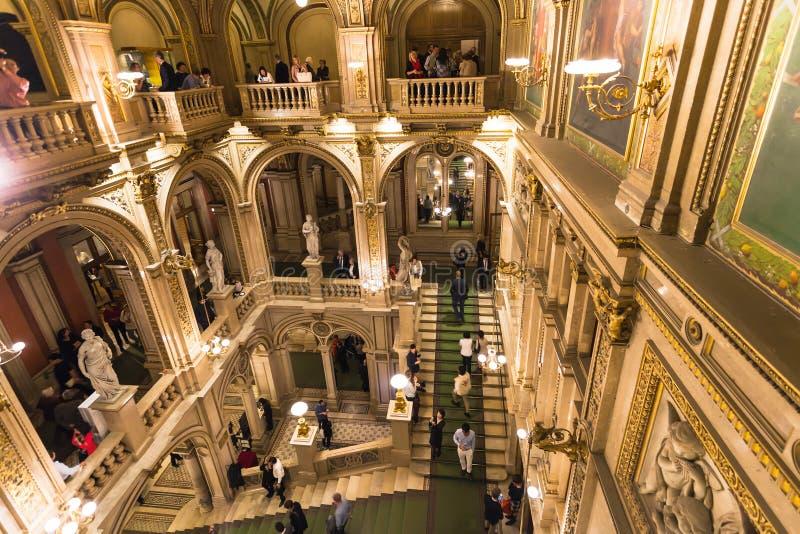 Leute auf Schritten im Haus der Wiener Staatsoper stockfotografie